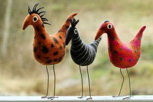 Tre tovade fåglar på rad